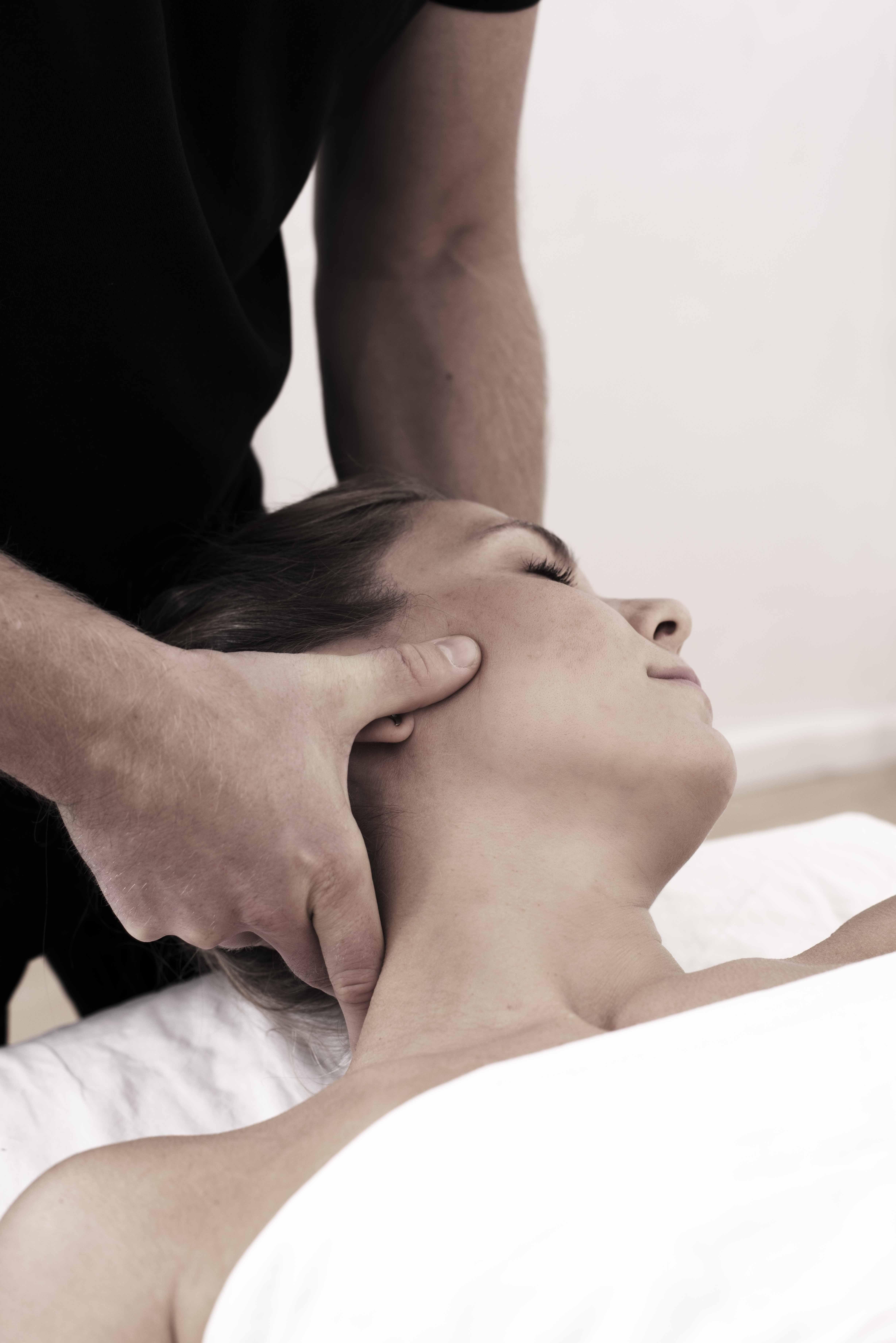 Et foto af Jesper som masserer en kvindes nakke